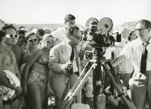 Henry-Gawthorpe-Filmmaker-James-Fitzpatrick-a-camera-crew-and-a-crowd-of-people-at-Bondi-Beach-1951